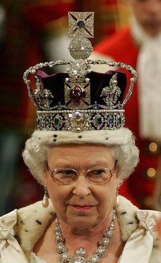 Quel modèle pour l'Europe ? - Page 5 Elisabeth-II-portant-la-couronne-Anglaise-88c85